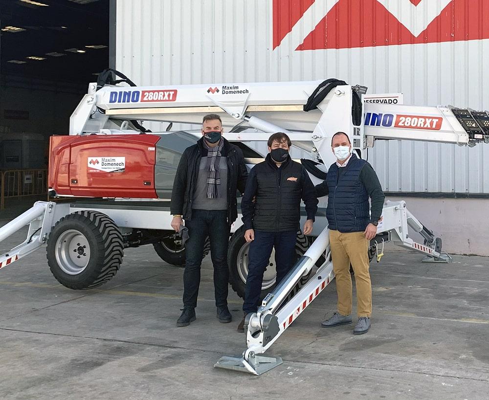 Jesús Doménech, Director General (izquierda) y Eduardo Ballester, Director de Operaciones (derecha) con Carlos Nieto de Ahern Ibérica recibiendo el primer brazo Dino 280RXT vendido en España